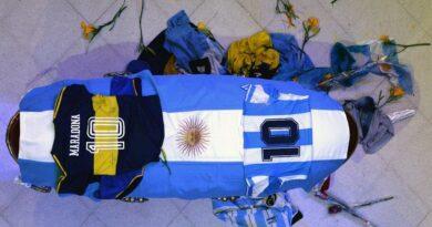 Dan último adiós al 10; familiares y fans desfilan por féretro de Maradona