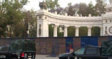 Con vallas metálicas, resguardan edificios y monumentos de CdMx por marcha de 8M